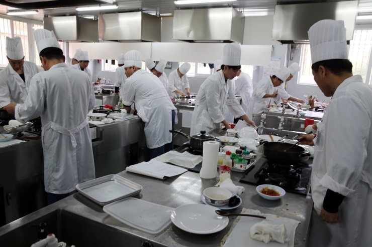 Prisoners prepare meal in the kitchen at the Nambu Correctional Institution in southwestern Seoul in this 2014 file photo. Korea times file