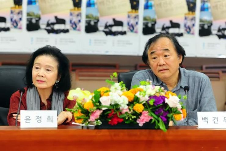 Pianist Paik Kun-woo, right, and his wife Yun Jung-hee / Korea Times file