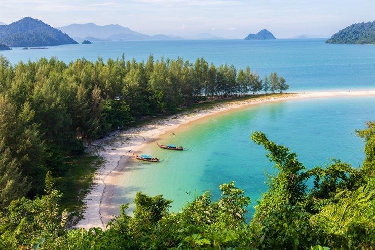 White sand beach at Kham-Tok Island in Thailand / Gettyimagebank