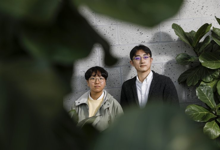 Yoon Hyun-jeong, left, one of 19 plaintiffs from Youth 4 Climate Action, an environmental civic group that sued the government in March 2020 for having neglected to prevent climate change from threatening the future of the country's youths, and Youn Se-jong from Solutions for Our Climate, who legally represents the youth group / Korea Times photo by Shim Hyun-chul