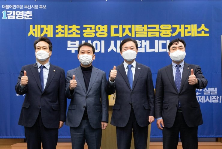 Busan mayoral candidate Kim Young-choon of the ruling Democratic Party of Korea, second from right, poses with his colleagues at the Busan Metropolitan Council, Tuesday, after announcing his election promises regarding financial policies. Courtesy of Kim's campaign office