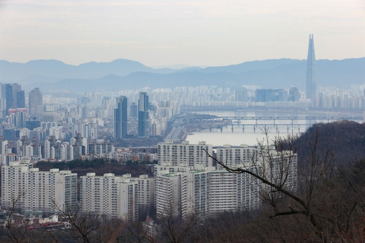 An aerial view of apartment complexes is seen in Seoul, Sunday. Yonhap
