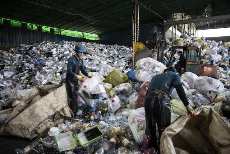 Sanitary workers recycle waste at a disposal site located in Yongin last October. Korea Times photo by Choi Won-suk