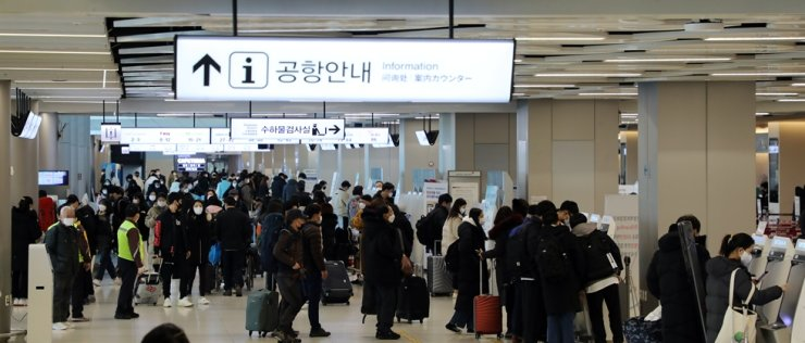Gimpo International Airport's domestic terminal is crowded with passengers in this Feb. 18 photograph. Yonhap