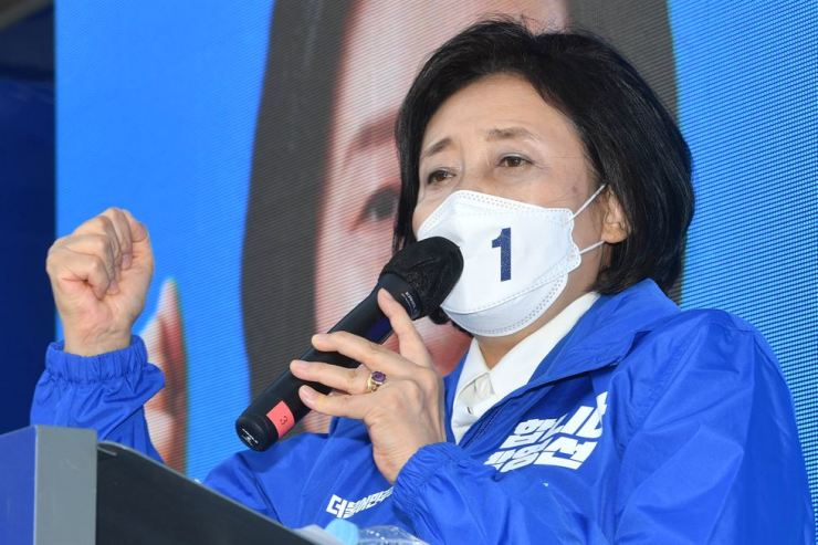 Park Young-sun, the ruling Democratic Party of Korea's candidate for the April 7 Seoul mayoral by-election, delivers a speech during a ceremony to mark the launch of her election campaign held in front of a building in Guro District, Seoul, Thursday, the first day of her official 13-day election campaign. Joint Press Corps