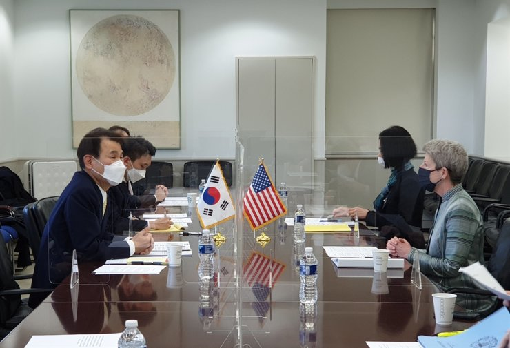Jeong Eun-bo, left, Korea's chief negotiator in defense cost-sharing talks with the United States, and his U.S. counterpart Donna Welton hold the latest round of negotiations in Washington, D.C., Sunday. Courtesy of Ministry of Foreign Affairs