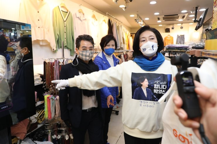 Park Young-sun, Seoul mayoral candidate of the ruling Democratic Party of Korea, visits a clothing shop at the Express Bus Terminal Underground Shopping Mall in southern Seoul during her election campaign, Sunday. Joint press corps