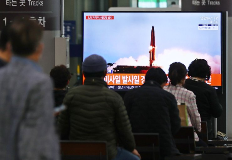Citizens watch a television news program on North Korea's missile launch, Thursday morning at Suseo Station in Seoul. The North launched two short-range missiles which were assumed to be ballistic missiles at around 7 a.m. Yonhap