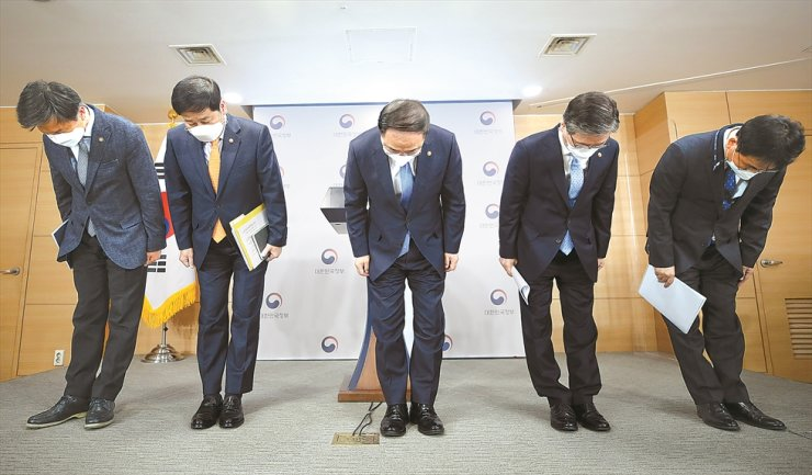 Deputy Prime Minister and Finance Minister Hong Nam-ki, center, Minister of Land Infrastructure and Transport Byeon Chang-heum, second from right, and National Tax Service Commissioner Kim Dae-ji, left, bow their heads in apology at a press conference following a ministerial-level meeting at the Government Complex Seoul, Sunday. Yonhap