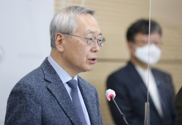 Kim Jung-gon, a professor in the Pediatrics Department at Seoul Medical Center who heads the investigation team on damage of COVID-19 vaccine, speaks during a briefing at the Korea Disease Control and Prevention Agency (KDCA) office in Cheongju, North Chungcheong Province, Monday. Yonhap