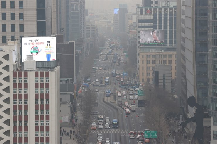 Fine dust blurs the skies in central Seoul, Friday. The high fine dust concentration levels are expected to continue throughout the weekend. Yonhap
