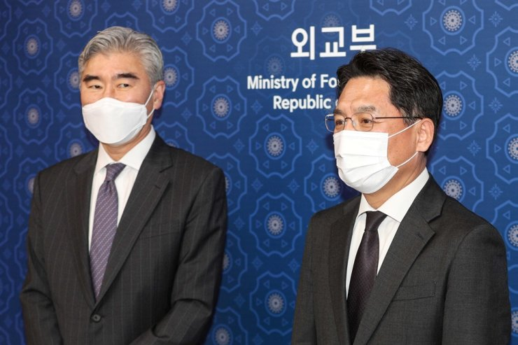 Noh Kyu-duk, right, South Korea's chief nuclear envoy, and Sung Kim, U.S. assistant secretary of state for East Asian and Pacific affairs, pose for photos before their meeting at the Ministry of Foreign Affairs building in Seoul, March 19. Yonhap
