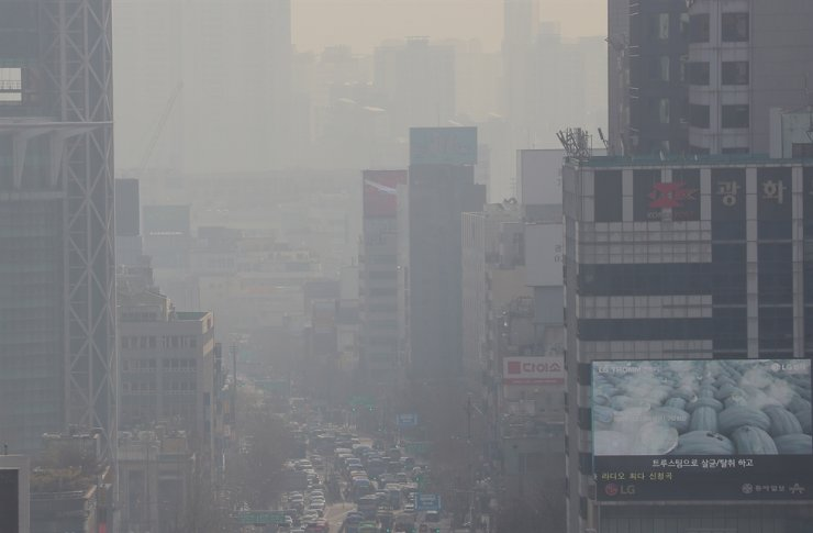 Seoul city air seen from the Seoul Metropolitan Office of Education in Jongno District is clogged with yellow dust mixed with traffic emissions on Thursday. Yonhap