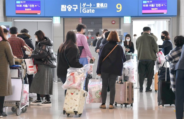 Passengers move into a gate to board Air Seoul's 'international sightseeing flight' at Incheon International Airport, Feb. 20. The special flight flew over Japan and returned to Korea. Joint press corps