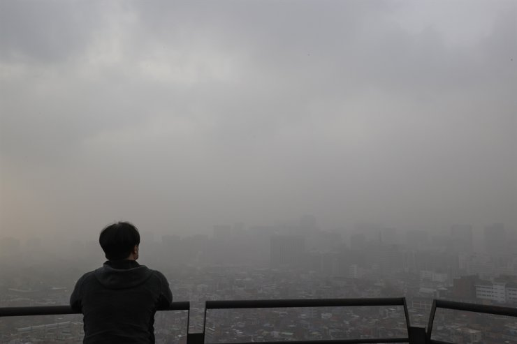 A thick layer of yellow dust blankets Seoul, Monday. Yonhap
