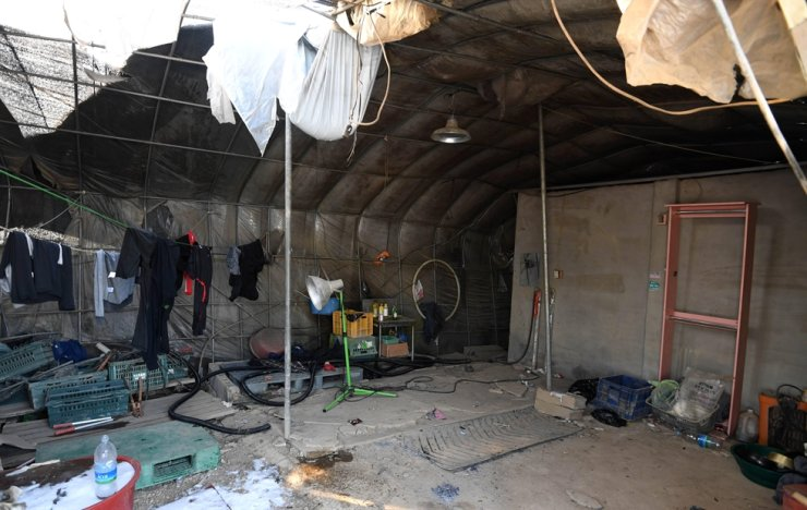 This photo taken on Jan. 20 shows the inside of a vinyl greenhouse used as accommodation to house migrant workers at a farm in Pocheon, Gyeonggi Province. A Cambodian migrant worker in her 30s was found dead there on Dec. 20, provoking criticism against poor conditions of accommodation provided to migrant workers. Korea Times photo by Seo Jae-hoon