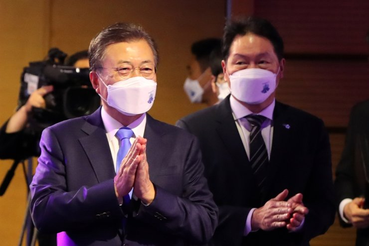 President Moon Jae-in and Korea Chamber of Commerce and Industry (KCCI) Chairman Chey Tae-won, also SK Group chairman, join a ceremony hosted by the KCCI to mark the 48th Commerce Day at the KCCI headquarters in downtown Seoul, Wednesday. Yonhap