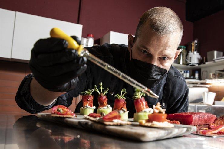 Matt Douma, owner of Longboat Smoker, prepares salmon snacks, March 12. / Korea Times photo by Choi Won-suk