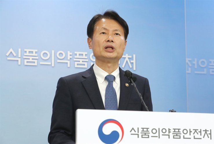 South Korea's Minister of Food and Drug Safety Kim Gang-lip announces at the ministry's headquarters in Cheongju, Gyeonggi Province, on Mar. 5 the government has decided to import Pfizer's COVID-19 vaccines starting late March. Yonhap