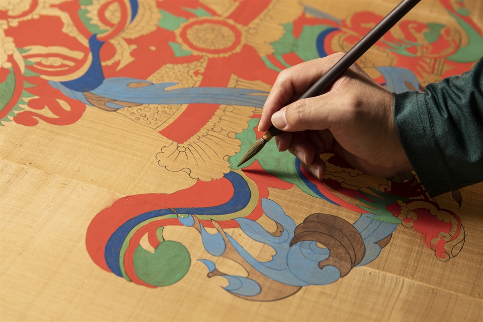 Traditional dancheong and Buddhist artist Kim Seok-gon works at his studio located near Heungcheon Temple in Seongbuk District, northeastern Seoul, March 2. Korea Times photo by Choi Won-suk