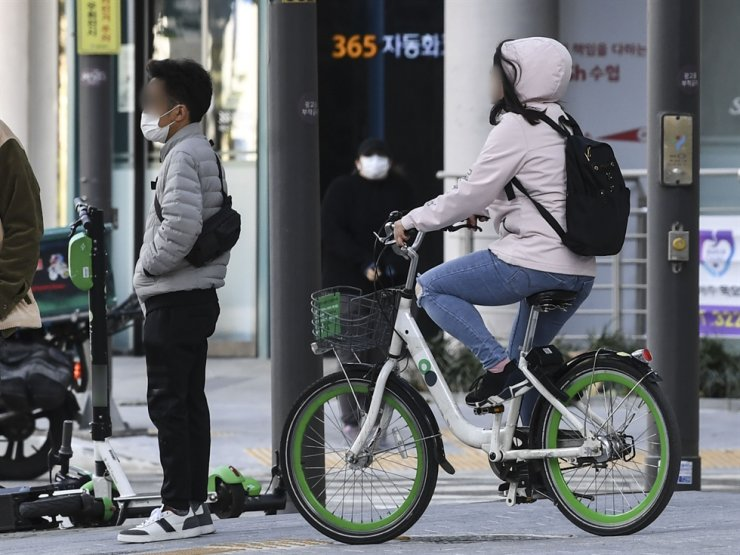 A person rides a bike from Ttareungyi, Seoul City's bike-sharing service, in this Nov. 20, 2020, photo. Korea Times photo by Lee Han-ho