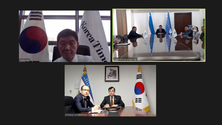 The Korea Times' CEO & Publisher Oh Young-jin, top left, participates in a video conference meeting with the International Press Club of Uzbekistan, top right, chaired by the Uzbek Embassy in Seoul, April 22. Captured from Zoom
