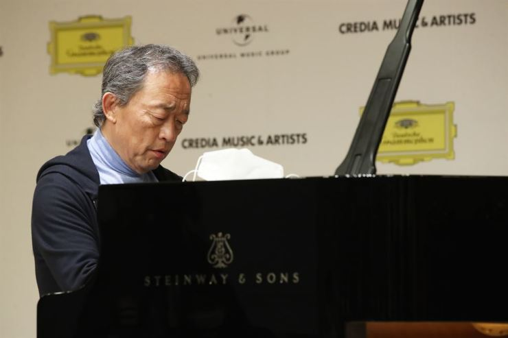 Conductor-pianist Chung Myung-whun, former musical director of the Seoul Philharmonic, the Orchestre Philharmonique de Radio France and the Opera Bastille, plays on a Steinway grand during a press conference at an arts center in Seocho District, Seoul, Thursday. The renowned conductor and opera director initially rose to stardom on the piano as the second prize winner of the 1974 Tchaikovsky Competition in Moscow. Yonhap