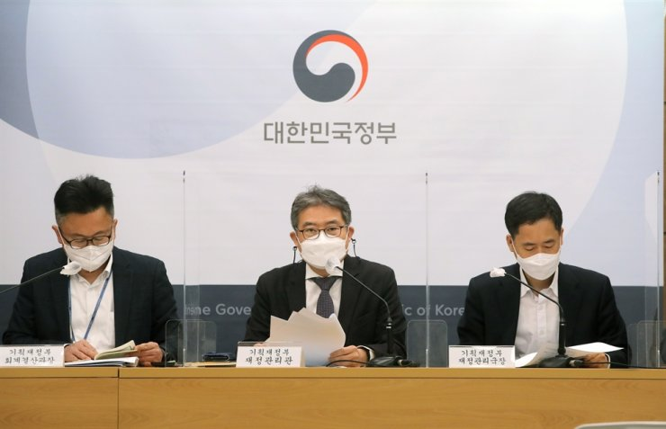 Kang Seung-joon, center, chief of the finance ministry's Fiscal Management Bureau, speaks during a briefing at the Government Complex Sejong, Tuesday. Yonhap