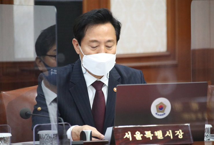 Seoul Mayor Oh Se-hoon participating in a cabinet council's meeting at Government Complex Seoul in Jongno District, Tuesday. Yonhap