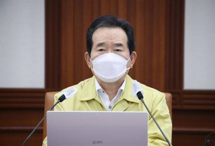 Prime Minister Chung Sye-kyun presides over the Central Disease Control Headquarters' meeting to discuss the government's measures to contain the COVID-19 pandemic at the Government Complex Seoul, Sunday. Yonhap
