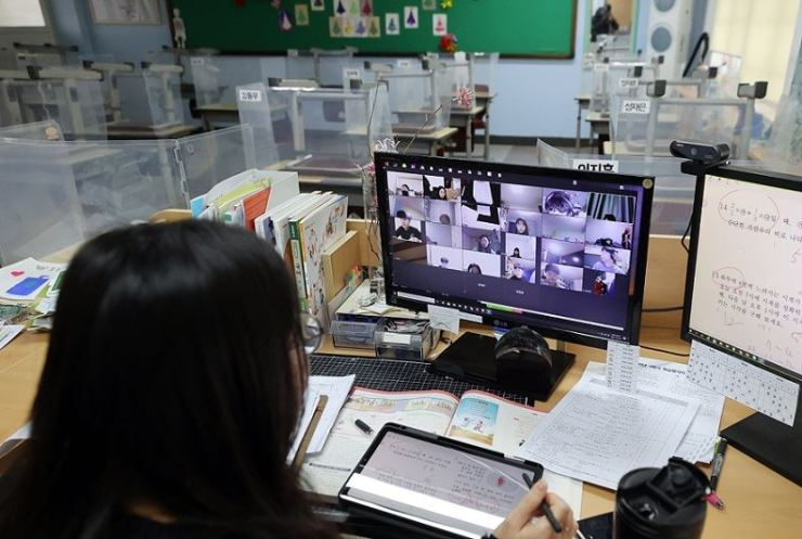 A teacher gives a remote class at an elementary school in Seoul, in this Jan. 28 photo. Yonhap