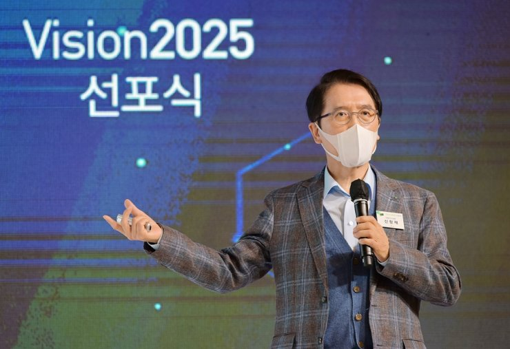 Kyobo Life Insurance Chairman Shin Chang-jae speaks during the Vision2025 proclamation ceremony at the company's headquarters in Seoul, Wednesday. Courtesy of Kyobo Life Insurance