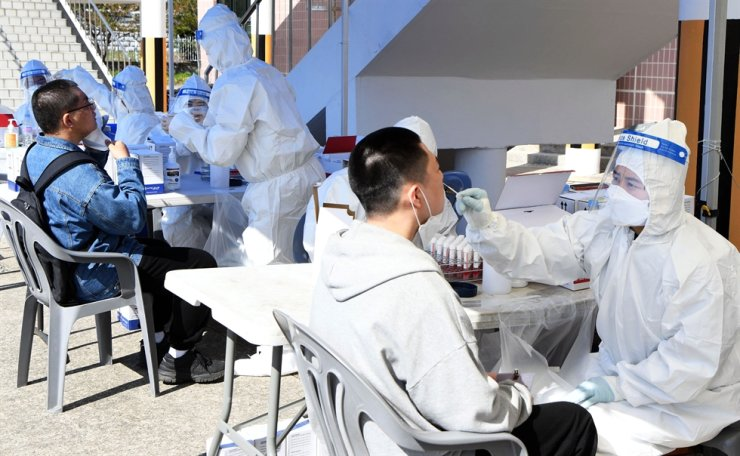 Those enlisted for Republic of Korea Navy receive a COVID-19 test at the Navy's education command center in Changwon, South Gyeongsang Province, April 5, before beginning their duty. Courtesy of Republic of Korea Navy