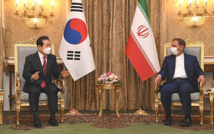Prime Minister Chung Sye-kyun, left, holds talks with Iran's First Vice President Eshaq Jahangiri in Tehran, Sunday (local time). Courtesy of Prime Minister's Secretariat