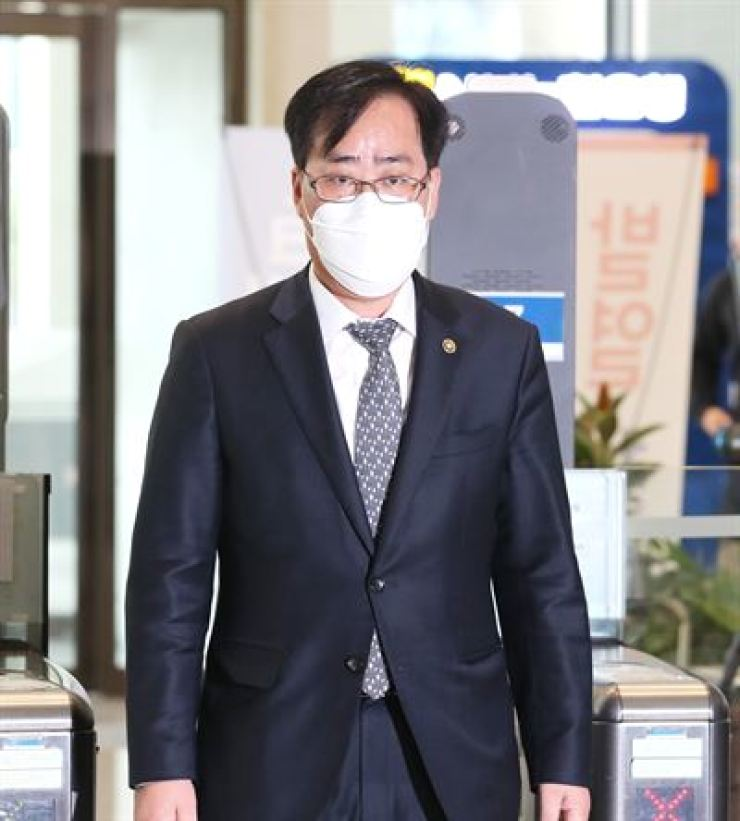South Korea's oceans minister nominee Park Jun-young arrives a Government Complex Seoul in Jongno District, Monday. Yonhap