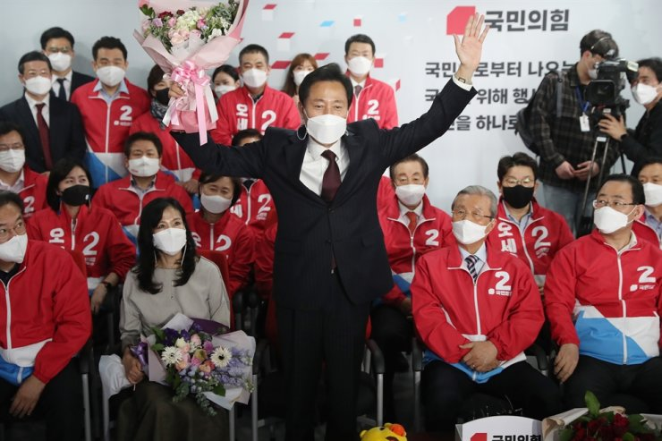 Main opposition People Power Party's Seoul mayoral candidate Oh Se-hoon celebrates after exit polls suggested his victory at the party headquarters on Yeouido, Seoul, Wednesday. Yonhap