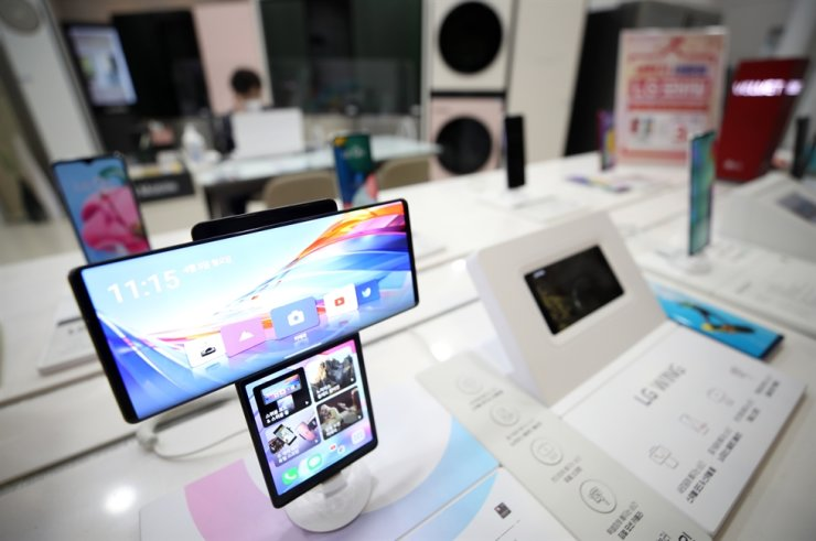 LG Electronics' smartphones are displayed at the company's store in Seoul, Monday. Yonhap