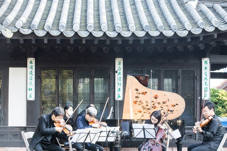 A performance being held during the Seoul Spring Festival of Chamber Music (SSF) at Yun Po-sun's house, Oct 12, 2020 / Courtesy of SSF