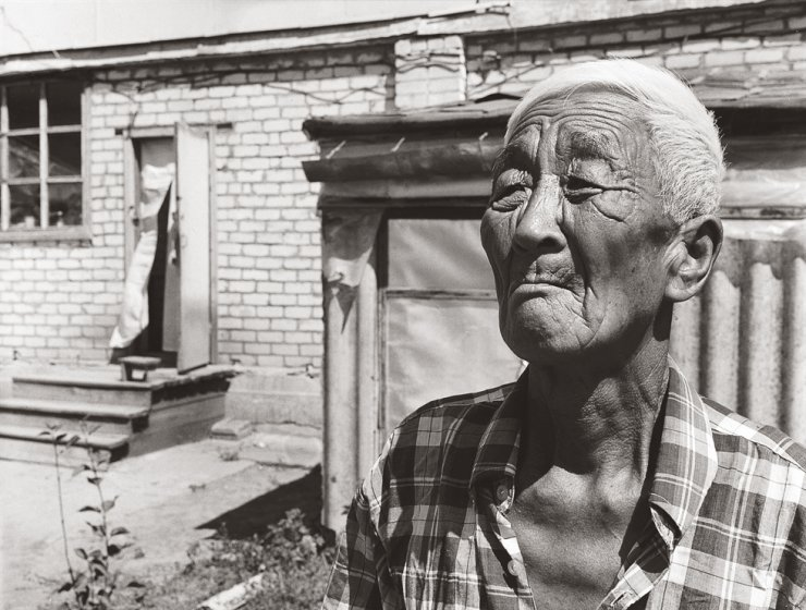 An elderly 'Koryo-saram' with deep wrinkles on his face is seen in this 2001 photo taken by documentary photographer Kim Ji-youn. Kim recently released the photo essay book, 'Korean Diaspora,' which delves into the harsh lives of ethnic Koreans overseas. Courtesy of Noonbit Publishing