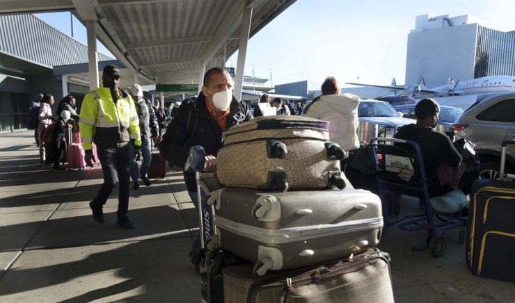 Travelers arrive to John F. Kennedy International airport in New York, New York, USA, Nov. 23, 2020. EPA-Yonhap