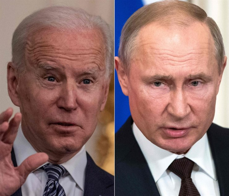 This combination of file pictures created March 17, shows U.S. President Joe Biden speaking at the White House in Washington, D.C. March 15, and Russian President Vladimir Putin speaking at a press conference in Moscow March 5, 2020. The U.S. announced economic sanctions against Russia April 15, 2021, and the expulsion of 10 diplomats in retaliation for what Washington said was the Kremlin's interference in the U.S. election, a massive cyberattack and other hostile activity. President Biden's executive order 'sends a signal that the United States will impose costs in a strategic and economically impactful manner on Russia if it continues or escalates its destabilizing international action,' the White House said. AFP-Yonhap