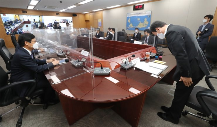 Minister of Oceans and Fisheries Moon Seong-hyeok bows before presiding a meeting with those in the country's fishing industry at Government Complex Sejong, Friday, regarding the Japanese government's decision to release radioactive water into the sea earlier this week. Yonhap
