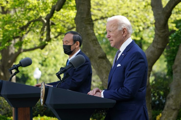 US President Joe Biden and Japan's Prime Minister Yoshihide Suga take part in a joint press conference in the Rose Garden of the White House in Washington, D.C., April 16. AFP-Yonhap