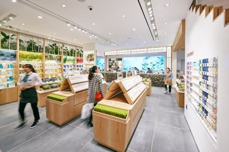A customer walks into Innisfree shop in Seoul in this 2018 file photo. Korea times file