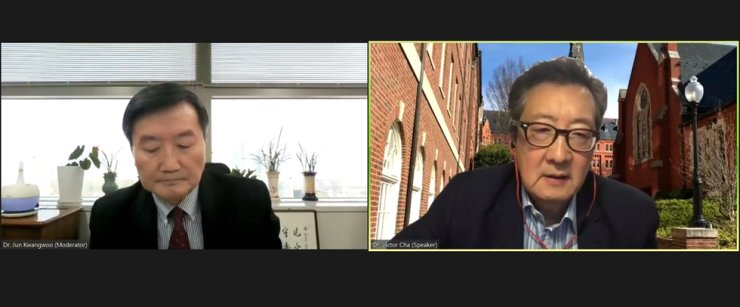 Victor Cha, right, chairman of the Center for Strategic and International Studies, speaks during a webinar hosted by the Institute for Global Economics (IGE), Thursday. On the left is IGE Chairman Jun Kwang-woo. Captured from webinar