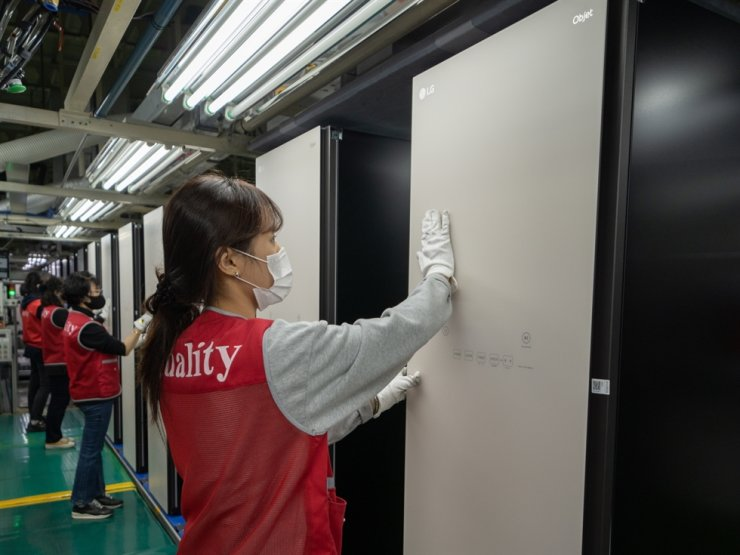 LG Electronics employees conduct quality control checks of its Objet Collection Styler steam closets at its plant in Changwon, South Gyeongsang Province, March 2. Courtesy of LG Electronics