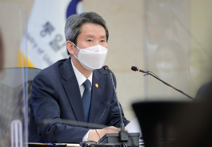 Unification Minister Lee In-young speaks during a press conference at the Office of the Inter-Korean Dialogue in Seoul, Thursday. Yonhap