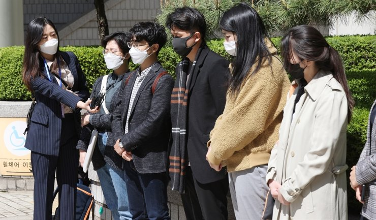 Friends of Tseng Yi-lin speak to reporters at the Seoul Central District Court in southern Seoul, Wednesday. The court sentenced a man to eight years in prison for causing a car accident under the influence, which resulted in the death of the Taiwanese student. Yonhap