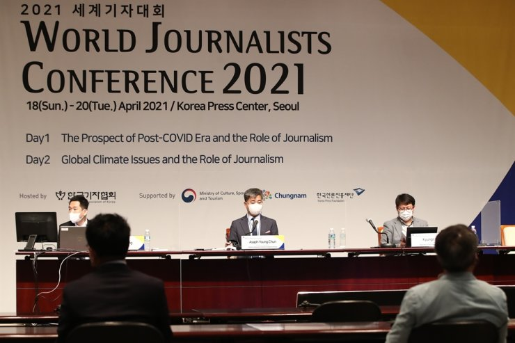 Journalists from Korea participate in the annual World Journalists Conference 2021 at the Korea Press Center in downtown Seoul, Monday, with journalists from other countries taking part online. During the three-day event from Sunday to Tuesday, participants discussed the role of media in the post-COVID era and the global climate crisis. Yonhap