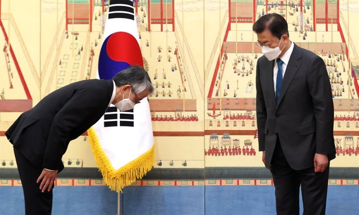 President Moon Jae-in greets Japanese Ambassador to Seoul Koichi Aiboshi during a ceremony to receive the latter's credentials at Cheong Wa Dae, Wednesday. Yonhap